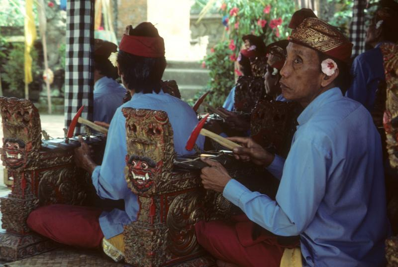 "<img typeof=""foaf:Image"" src=""http://statelibrarync.org/learnnc/sites/default/files/images/bali_225.jpg"" width=""1024"" height=""686"" alt=""Balinese gamelan musicians perform"" title=""Balinese gamelan musicians perform"" />"