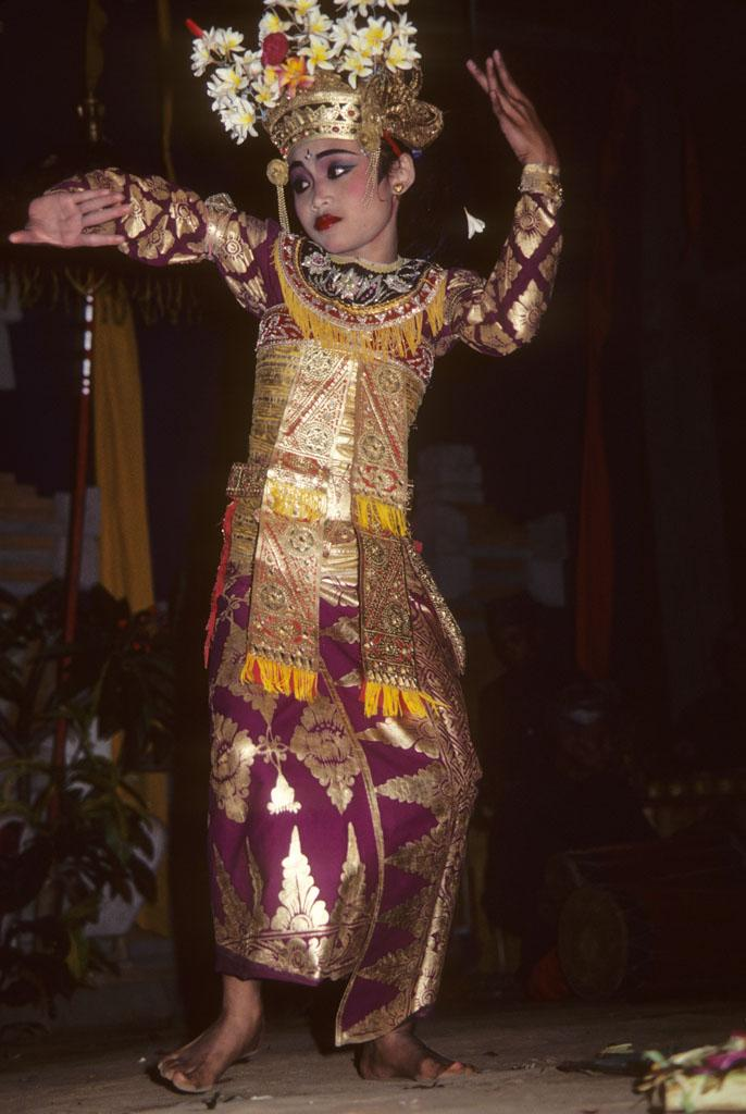 """<img typeof=""""foaf:Image"""" src=""""http://statelibrarync.org/learnnc/sites/default/files/images/bali_233.jpg"""" width=""""686"""" height=""""1024"""" alt=""""Balinese girl in welcome dance"""" title=""""Balinese girl in welcome dance"""" />"""