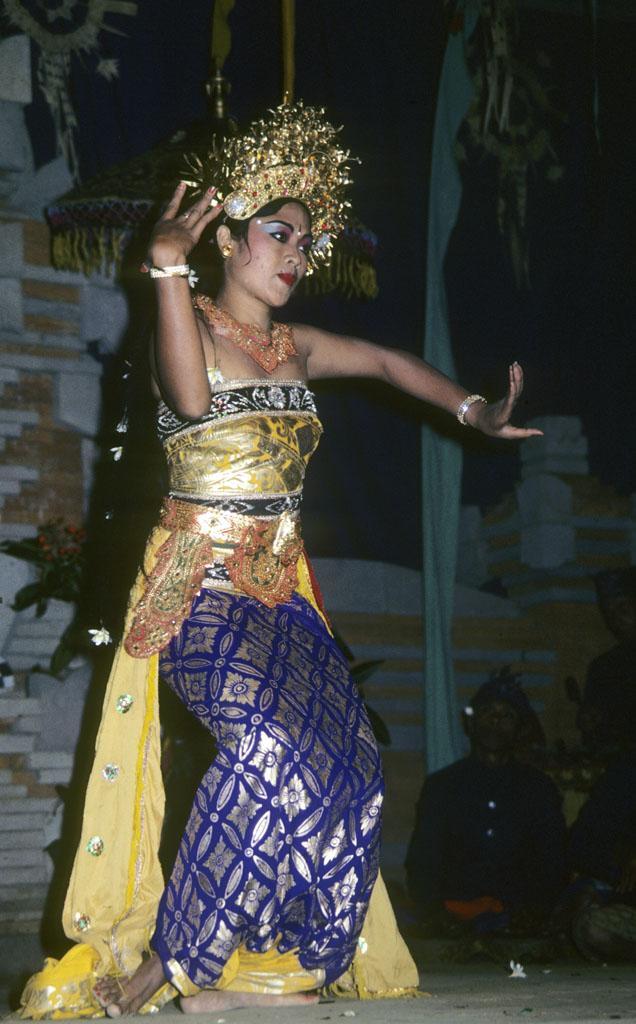 "<img typeof=""foaf:Image"" src=""http://statelibrarync.org/learnnc/sites/default/files/images/bali_244.jpg"" width=""636"" height=""1024"" alt=""Balinese woman dances"" title=""Balinese woman dances"" />"