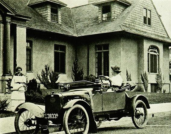 "<img typeof=""foaf:Image"" src=""http://statelibrarync.org/learnnc/sites/default/files/images/p217.jpg"" width=""567"" height=""446"" alt=""A car in front of a suburban home, 1915"" title=""A car in front of a suburban home, 1915"" />"