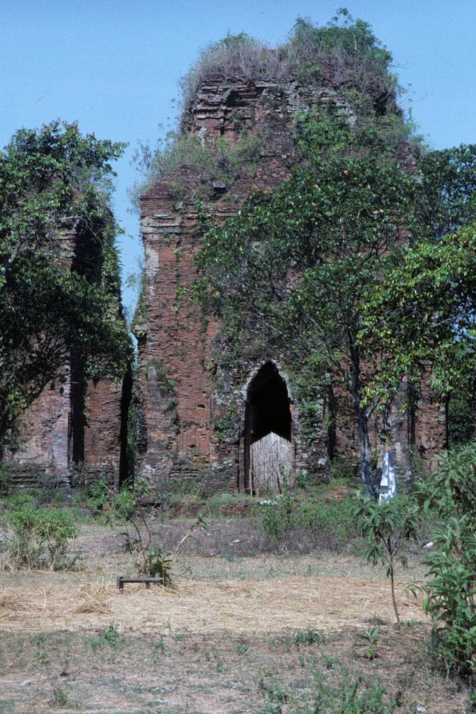 "<img typeof=""foaf:Image"" src=""http://statelibrarync.org/learnnc/sites/default/files/images/vietnam_124.jpg"" width=""683"" height=""1024"" alt=""Cham tower overgrown by vegetation south of Hai An"" title=""Cham tower overgrown by vegetation south of Hai An"" />"