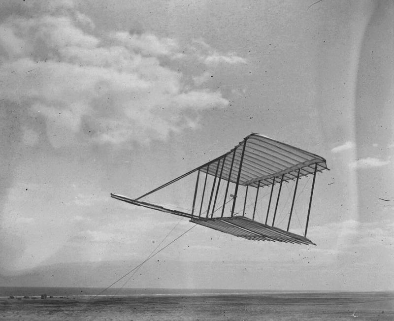 """<img typeof=""""foaf:Image"""" src=""""http://statelibrarync.org/learnnc/sites/default/files/images/wrightbrothers1900glider.jpg"""" width=""""888"""" height=""""724"""" />"""