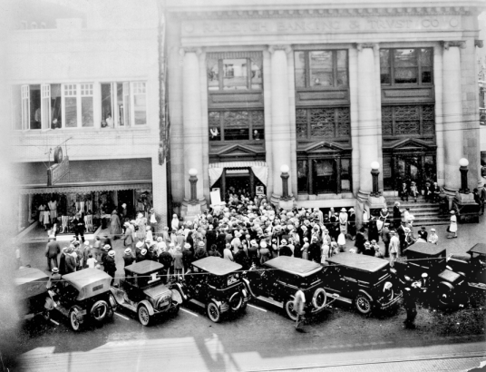 Customers crowd in front of the Raleigh Banking and Trust Company during the crisis that prompted President Roosevelt to declare a bank holiday, temporarily closing all banks. Courtesy of North Carolina Office of Archives and History, Raleigh.