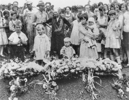 The children of Ella May Wiggins, a union supporter killed during the 1929 Gastonia strike, stand beside their mother's grave on the day of her funeral. North Carolina Collection, University of North Carolina at Chapel Hill Library.