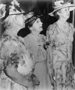 Sisters Jessie Wise (center) and Sarah Kenan (right). Courtesy of UNCW Archives.